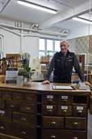 <b>FORNØYD: </b>Daglig leder og eier Johnny Spangen har drevet butikken med tilvekst i fem år. Med utvidede lokaler tror han på ytterligere vekst.