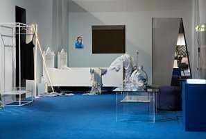 <b>BLÅTT OG HVITT SOVEROM:</b> Stylistene Kirsten Visdal og Per Olav Sølvberg valgte blått og hvitt til soverommet i tendensutstillingen på Oslo Design Fair. (Foto: Inger Marie Grini)