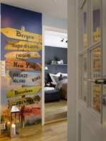 Fototapetet er spesialtilpasset huseierne som har sterke bånd til Bergen og Italia. Med på skiltet er også favorittbyer de gjerne reiser til.