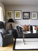 Stilen er klassisk og moden, med nøytrale farger på veggene som fremhever møblene og bildene.