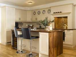 En stilig bar-løsning på kjøkkenet fungerer som frokostbord.