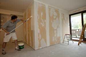 De fleste vegger er tapetsert, og påført grunning og sparkel for som gir en flott finish.