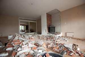 Huseierne rev den gamle murte peisen.