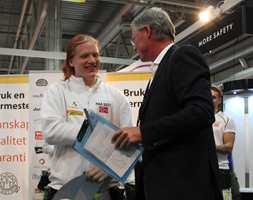 <b>VINNER</b>: Stein Hesstvedt fra MLF overrekker vinnerdiplomet i gulvleggerklassen til Petter Strandmo Isaksen.