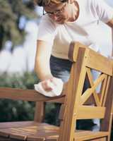 Vask over å la det tørke før du påfører ny olje, beis eller eventuelt maling.