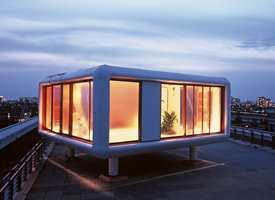 Designeren Werner Aisslingers prototype av en bomodul, Loftcube, er her plassert på toppen av Universal Music-bygget i Berlin.