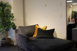 <b>FØR:</b> Før var veggene på showrommet til Sofacompany hvite og møblene «forsvant».