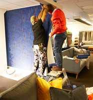 <b>TAPETSERING:</b> Tom Rune Bergestuen og Johnny Karlsen fra Borge stilte med tapet og lim. Etter noen timer var veggene klare til å gi møblene et ekstra løft.