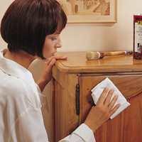 Påfør flaten et tynt lag bivoks med en pensel eller en lofri klut.