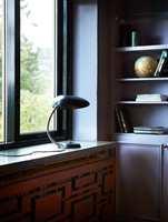 <b>GLANS:</b> Dempete nyanser i matt finish møter høyglanset sorte vindusomramminger for en spennende effekt. Vegger og skap er malt med Classico i fargen