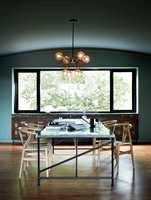 <b>LEK:</b> Kompleks fargebruk og lek med lys, farger, vinkler, materialer og skygger preget modernismen. I spisestuen er veggene og taket malt med Classico i fargen