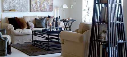 Uansett hvor flott og kostbart gulv du legger i stuen vil det unektelig virke litt nakent uten tepper.  Tekstiler på gulvet gjør rommet varmere både visuelt og rent fysisk.