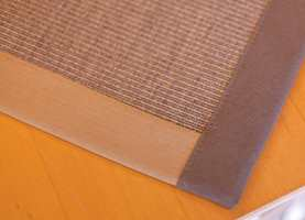 Avpassede tepper er en perfekt løsning for å markere ulike soner i rommet. Teppet kappes i ønsket størrelse og fasong og kantes med tråd eller bånd.