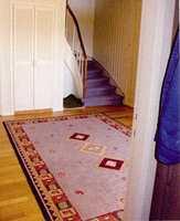 Både teppet i trappen og gulvteppet hadde sett bedre dager.