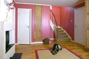 Trapp og gulv har samme teppe, i sisal, og gulvteppet er kantet med et rosa tekstil.