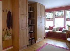 Garderobeskapene går fra gulv til tak, noe som gir maksimal utnyttelse av plassen. Skapene har samme lød som gulvet, og faller naturlig inn i interiøret.