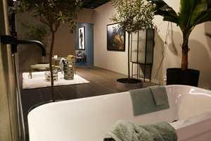<b>GRØNT:</b> I dette badet er grønt kombinert i mange ulike nyanser og forskjellige materialer. I bakgrunnen skimtes en blå stue. To naborom, i nabofarger som står fint til hverandre. Bildet er fra trendutstillingen på Stockholm Design Fair 2017.