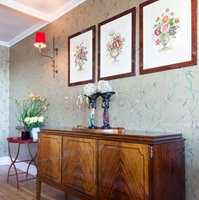 <b>BILDER:</b> I spisestuen hos Finn er det mønstret gulltapet på veggene. Prikken over i-en er blomsterbilder på tapetet. Det ville vært nakent uten.