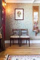 <b>KOMBINASJONER:</b> Mønsterbruken stopper ikke på veggen, her er det også mønstret stol-trekk og et stort persisk teppe på gulvet. Legg også merke til lysestaken ved speilet. Her går et i fugler og blomster hele veien.