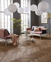 <b>INDUSTRIELT:</b> Segno Eik Old Grey kan gi rommet et mer moderne og industrielt uttrykk. Det har et naturlig og rustikt utseende med tydelig innspill av kvister og årer.
