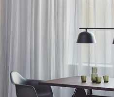 <b>FLORLETT:</b> Lette tekstiler og sort metall er kontraster som skaper luft, svaler og strammer opp. Mye av det gjør rommet stramt og maskulint. Tekstilene fra Baumann/Intag er spesiallaget for å dempe akustikk.
