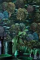 <b>STEMNING:</b> Tapet er undervurdert som stil- og stemningsskaper. Gå for et med mørk bunn. Her er det masse farger å spille videre på. Tapet Botanical Botanica fra Cole&Son, føres av Borge.