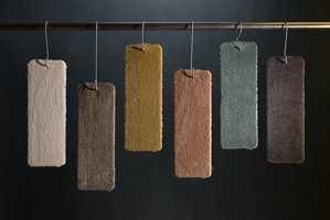 <b>TEPPE:</b> Store tepper på gulvet luner og demper lyd. Bestill metervare, og få det så stort du vil. Lån en prøve først og test mot veggfarge og tekstiler. Prøvene her er Ambition fra Golvabia.