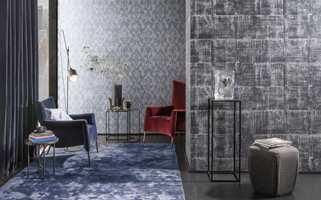 <b>LAG PÅ LAG:</b> Mørke vegger kler mørke gulv, tekstiler, tepper og møbler. La hovedvekten av farger være mørke, spill på nyanselike farger og kontraster i materialer. Tapet Antares fra Omexco/Intag.