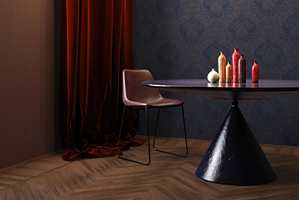 <b>DYBDE:</b> Flere mørke elementer, i ulike farger og med ulike tekstur og glans, gir dybde og en lunhet til rommet. Tapet fra kolleksjonen «Sherazade» fra Fantasi Interiør.