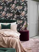 <b>MØRKT OG LYST:</b> Ved å la de lyse elementene i rommet ha litt sort i seg, blir uttrykket mykt og behagelig, uten skarpe kontraster. Tapetet er «New Dawn Rose» fra kolleksjonen «In Bloom» fra Borge.