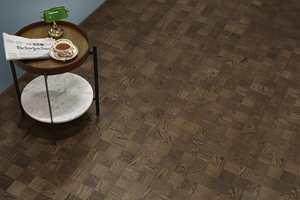<b>MØRK TREND:</b> Trenden går fra lyst til mørkt på gulvet. Særlig er de varmbrune gulvene pop.