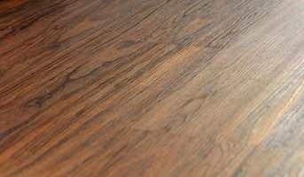 Mørke gulv stiger i popularitet. Men de stjeler mye lys fra rommet, og har en tendens til å få rommet til å virke mindre.