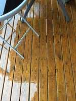 <b>BEVARINGSVERDIG FARGE: </b>Terrassen ble første gang behandlet i 2010 med Tyrilin Terrassebeis i fargen Gaupe Den er fortsatt lys, etter å ha fått 4-5 strøk opp gjennom årene.