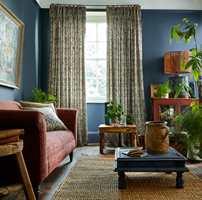 Kos og hygge er de mest trendy ordene i interiørbildet for tiden, og med det følger gardinenes tilbakekomst i hjemmet. Her er ekspertenes beste gardintips til stua.