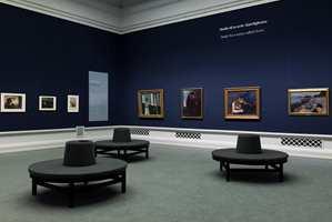 Fargepaletten består av fem farger. Den dype blå fargen er viktig i flere av rommene og brukes både på vegger og gulv.