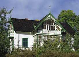 Dette huset fra før 1930 har kalkpuss på grunnmuren. Det krever bruk av kalkmaling.