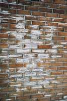 Saltutslag kan børstes bort. Deretter påføres murimpregnering for å forhindre at utslagene kommer tilbake.