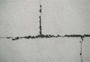 Det er viktig med jevnlig vedlikehold av murte piper. En løs stein eller utette beslag kan gjøre stor skade.