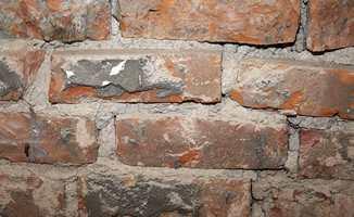Gamle teglsteinsvegger kan ha et relativt rustikt utseende etter at all gammel puss er fjernet. Dette er det viktig å være klar over før prosessen startes.