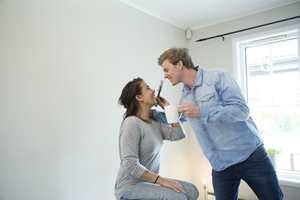 <b>MYE MORO:</b> Det er viktig å ha det gøy når man pusser opp sammen. Bruk tid på å tulle og tøyse. (Foto: Jordan)