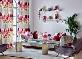 <b>BLOMSTER:</b> Fargene er mye likt interiøret over, men blomstermotivet og et lettere tekstil skaper en annen stil og atmosfære. Tekstilet Zapara er fra Harlequin/Tapethuset.