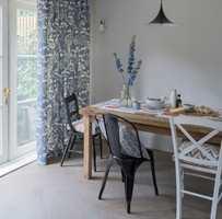 <b>LANDLIG:</b> Hvitt og blått gir raskt assosiasjoner til landlig stil og sommer. Borge fører tekstilet Wilderness fra Clarke & Clarke.