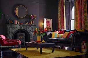 <b>LILLA:</b> Her er det en av de dypeste fargene fra tekstilet som gir veggene tyngde, mens gardinene og andre detaljer får rommet til å danse. Tekstiler fra Harlequin/Tapethuset.