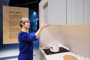 <b>MYKE FORMER:</b> Skapdørene i kjøkkenavdelingen er laget av plater med bølgeform. Den duse blåfargen og spillet av lys og skygge som skapes av bølgene gjør uttrykket mykt. (Foto: Messe Frankfurt GmbH/Pieto Suetra)