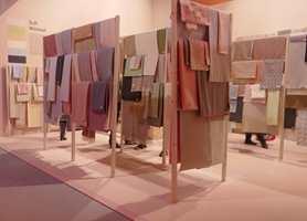 <b>TAKTILT:</b> I temaparkens avdeling for soft minimalism, var det mykt og feminint. Her ble det vist tekstiler fra utstillerne og utvalget var mangfoldig: velur, filt, ull, bomull, lin, frotté, vatterte, perforerte, trykkede, vevde og strikkede kvaliteter. På venstre side skimtes hovedfargene i tema. (Foto: Bjørg Owren/ifi.no)
