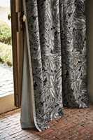 <b>GARDINER:</b> Lange, myke gardiner er et «must» i et lunt interiør. Her er gardiner fra Morris/Intag.