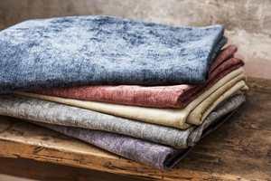 <b>TEKSTILER:</b> Tekstiler, til gardiner, puter, pledd og stoler, er viktig for å få et lunere interiør.