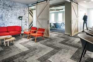 <b>BETONGMIKS:</b> Et mykt betonggulv i form av tekstilgulv i plankformat, med tre farger lagt i mønster. (Foto: Forbo Flooring)