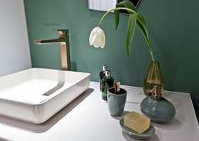 Glem det nøytrale og hvite baderommet, men behold spafølelsen. Nå inntar farger og former baderommet.