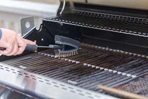 <b>FORT GJORT:</b> Spray på en grillrens når risten er lunken. «Plumbo Ovn og Grillrens» eller «Plumbo Fettløser» er gode produkter, sier Inger S. Løvaas.